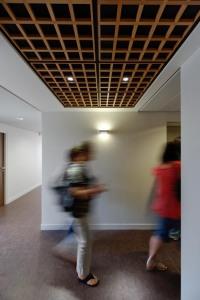 Aménagement de la plateforme sociale d'Athis-Mons: l'accès aux ascenseurs en étage. Réalisation EMMANUELLE LE CHEVALLIER ARCHITECTE