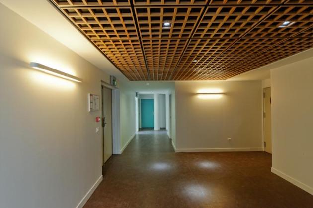 Aménagement de la plateforme sociale d'Athis-Mons: palier d'accès aux ascenseurs. Réalisation EMMANUELLE LE CHEVALLIER ARCHITECTE